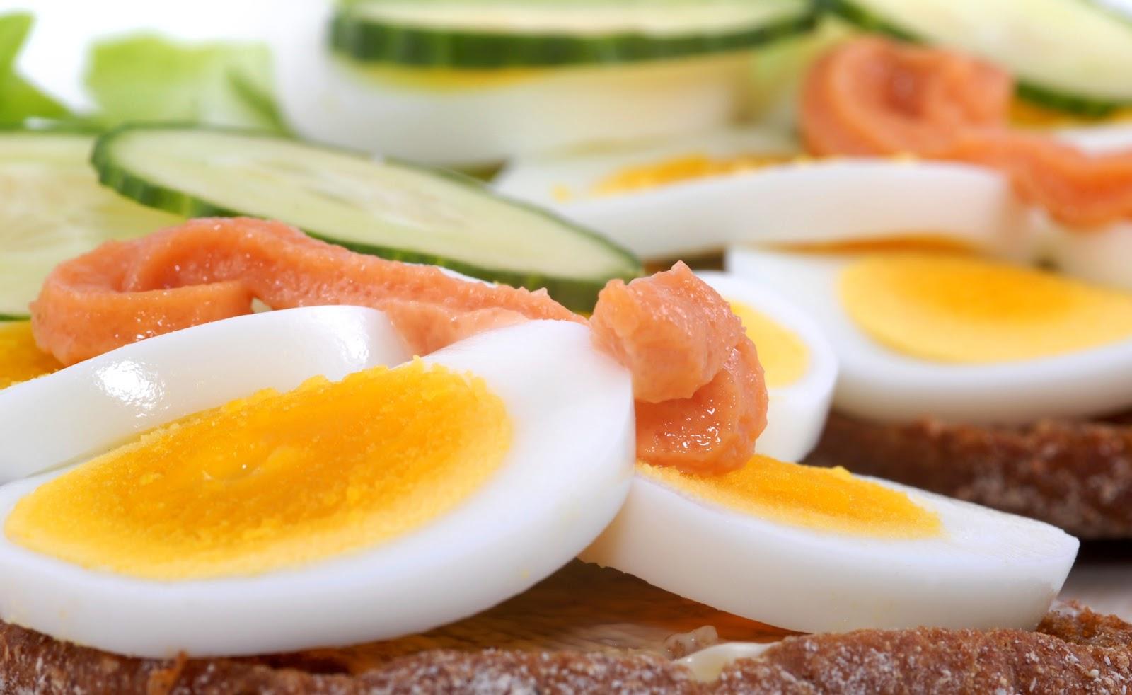 شرائح بيض مع سلمون