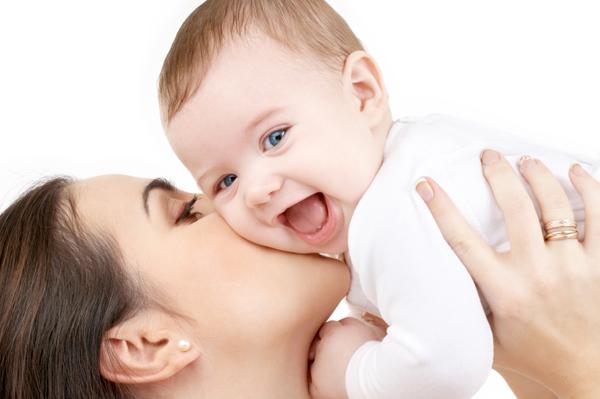 طفل يبتسم مع والدته