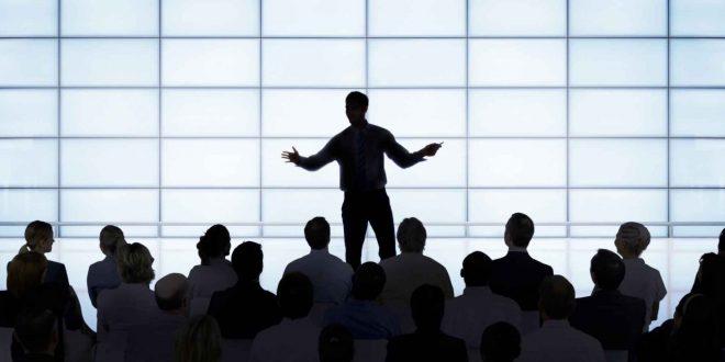 القاء خطاب امام الناس